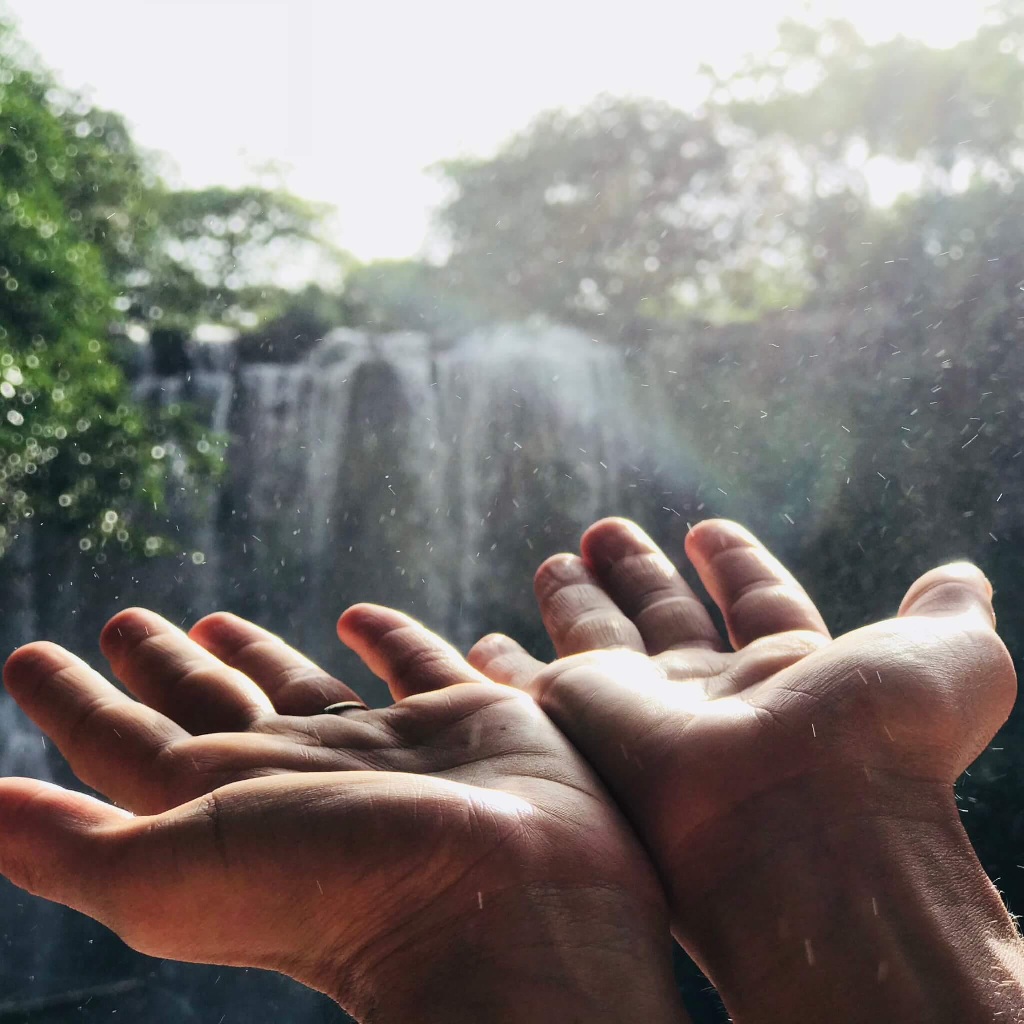 Hände Wasserfall